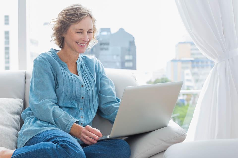 Uma mulher madura navegando em um site de encontros online